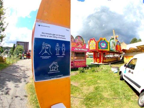 ÅPNING: Lørdag åpnes portene for tivoli i Sandefjord. Allerede utenfor minnes publikum på at de må holde anbefalt avstand.