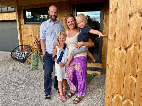 ADRESSE LARVIK: Espen Selboskar, Linda Johannessen og barna Alma (6) og Emrik (3) har flyttet til Helgeroa.