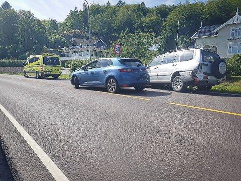 SMALT I BAKFRA: Den blå bilen kjørte på den sølvgrå bakfra.