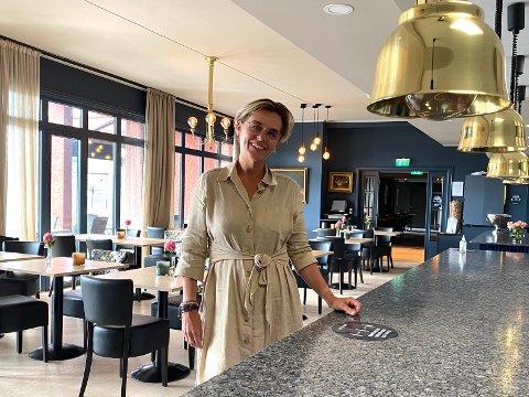 GLADMELDING: Hotelldirektør Lilly Skow Røed opplevde i forrige uke at tre konferanser denne uka ble avlyst. Mandag fikk hun imidlertid en gladmelding som trolig gjør at hotellet kan holde åpent som normalt.