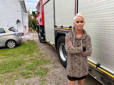 SÅ BRANNEN: Jeanette Jensen (40) oppdaget at det brant hos naboen, og ringte til brannvesenet.