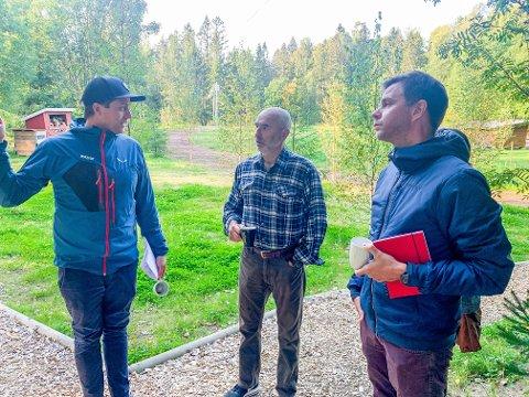 LYTTER: Stortingsrepresentant Dag Terje Andersen og fylkestingsrepresentant Truls Vasvik besøkt Amund Melås i Høyt & Lavt for å lytte til bransjens utfordringer.