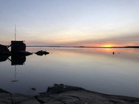 SOOOOL: Står du tidlig nok opp kan du få med deg en vakker soloppgang, slik som her på Fjærholmen fredag morgen.  Lørdag står sola opp klokka 06.56 og vil skinne helt til solnedgang klokka 19.25.