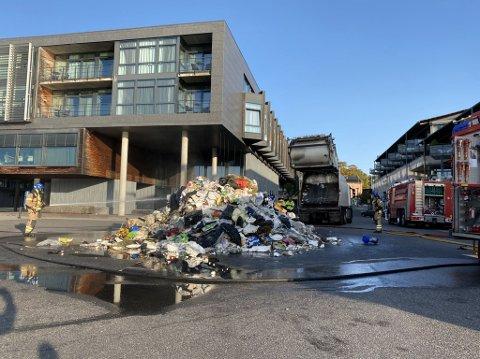 TOK FYR: Søpla i søppelbilen til Rune Jensen tok plutselig fyr. Han rygget ned mot kaia for at røyk og lukt skulle være til minst mulig sjenanse. Der ble de sju tonnene dumpet på bakken og forsøkt slukket.