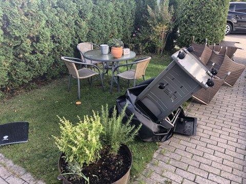 OPP NED: I hagen til ØP-journalist Bjørn-Tore Sandbrekkene har vinden rett og slett snudd gassgrillen opp ned.