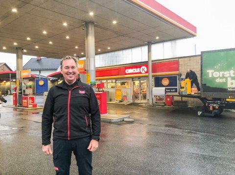 GLEDER SEG: Lars Møllen er daglig leder ved Circle K-stasjonen i Nansetgata.