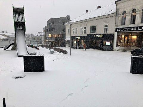 LEGGER SEG: Snøen legger seg i Larvik sentrum mandag formiddag. Trolig vil det komme cirka fire centimeter.