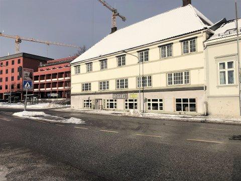 NYTT KONSEPT: Storgata 32 i Larvik har opp gjennom årene inneholdt en rekke ulike spisesteder og puber. Nå kommer en ny inn i byggets andre etasje.