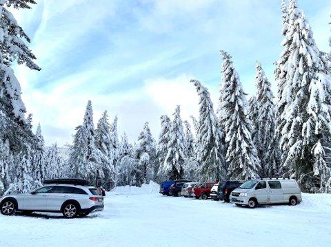 SKIFOLK: Grunneieren mener den nye parkeringsløsningen og kameraovervåkningen ved bommene fungerer både fint og rettferdig. Bildet er fra parkeringa på Løvås.