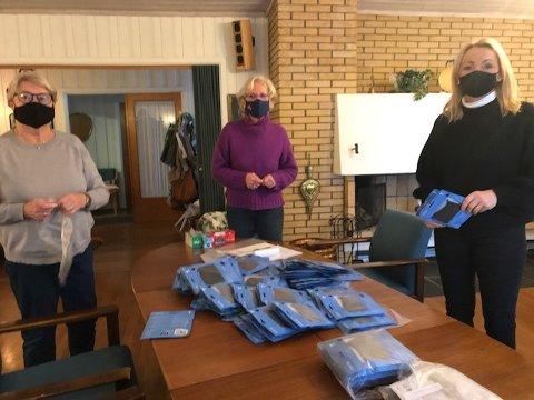 PAKKES KLARE: Elisabeth Gavelstad og Ellen MIdtvik i Larvik sanitetsforening og Hanne Jensen Moth fra Larvik kommune pakker munnbind til dem som trenger det.