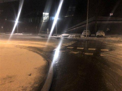 Vannet flommet over mot Jotron Arena på grunn av en vannlekkasje tirsdag morgen.