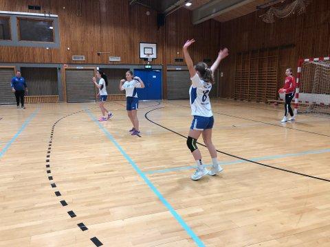 FORSVAR: Jenter 12 på Larvik Turn trente på kontringer og forsvarsspill på håndballbanen onsdag.