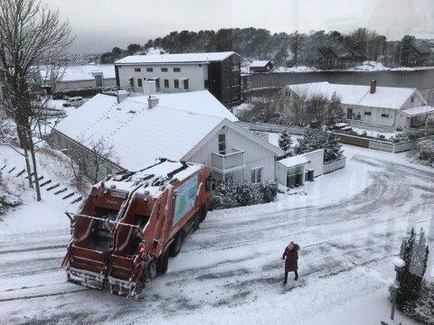 BEKYMRET ETTER DETTE: Renovasjonsbilen ble stående slik i gata en halvtimes tid. Nå har den nye eieren av huset på bildet tatt kontakt med kommunen.