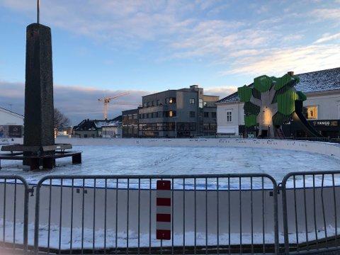 FORBEREDELSER: Nå er skøytebanen snart klar til bruk.