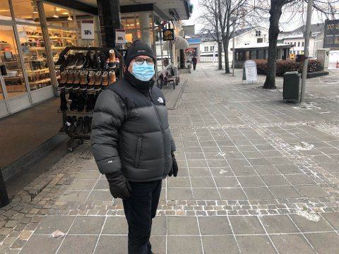 STØTTER PÅBUDET: Tarald Hole har allerede brukt munnbind lenge, og er glad for at kommunen nå innfører påbud: - Alle må være med på dette, og jeg støtter at kommunen nå innfører påbud for alle, sier han.