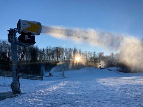 FULL FRES: Den nye snøkanonen produserer snø for fullt på Sky.