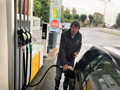 HELT SPRØTT: Anders Steinsholt sier det er helt sprøtt når bensinprisen nå er helt opp under 20 kroner for literen. - Jeg må dessverre fylle i dag uansett, sa han til ØP.