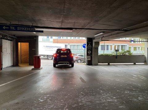 FEIL VEI: Begge de to bilene på bildet tar til høyre ut i Halfdan Wilhelmsens allé når de skal ut av parkeringshuset ved Sykehuset i Vestfold. Det er forbudt.