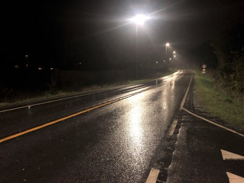 DÅRLIG SIKT: Det er mørkt både morgen og kveld nå, og veisentralen ber folk kjøre forsiktig. Her fra Stavernsveien tidlig tirsdag morgen.