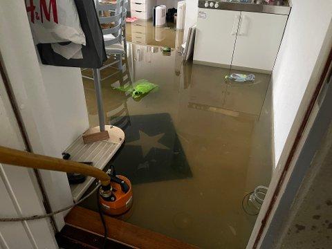 OVERSVØMT: Mye nedbør den siste tiden førte til oversvømmelse i kjelleren til denne boligen søndag.