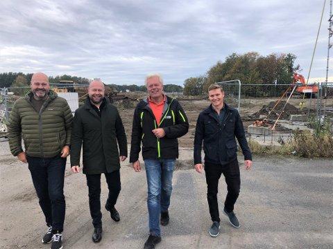 ENDELIG I GANG: Nå er byggingen av det første store prosjektet langs Risøyveien i gang. Det gleder, fra venstre, Tom Erik Nilsen, Thomas Østmo, Johnny Eliassen og Anders Ottem Hansen.