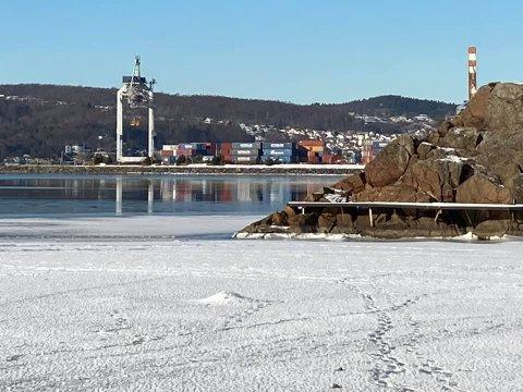 SKUMMEL LEK: Barna skal ha gått helt ut til området i venstre ytterkant av dette bildet. Fotsporene kan skimtes ute på isen.