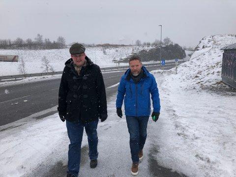 MÅ FLYTTES: Sven Marius Utklev Gjeruldsen Halle, til venstre, og Finn Øyvind Gabrielsen mener det er klart at busstopp for ekspressbusser må flyttes fra Ringdal til Farriseidet.