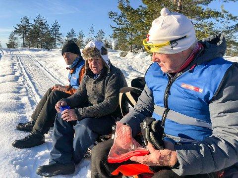 FORTJENT PAUSE: Beredskapstroppen til Turistforeningen må også ta en pust i bakken. Her sitter Thor Gunnar Holt (t.v.), Ragnar Lie (leder) og Jan Vidar Skaug under jobbing i løypene til Vindfjellsamarbeidet.