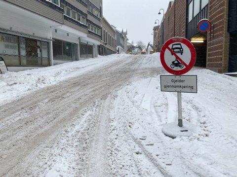STOPP: Veien er stengt i begge retninger mellom Lilletorget og Nansetgata.