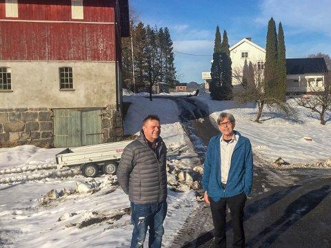 Even (t.v.) og Jon Severin Sundby fortviler over Språkrådets innstilling om å endre stedsnavnet som har gitt grunnlaget for slekta deres.