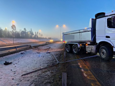 En lastebil stod med fronten inn i motsatt kjørefelt tirsdag morgen.