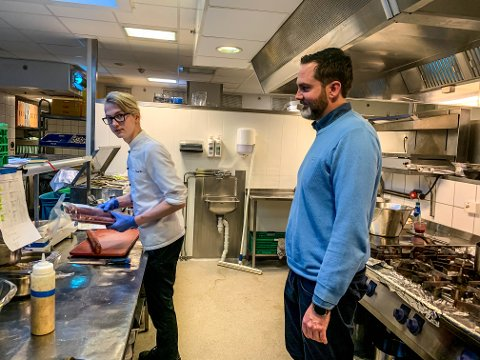 INNE: Lærling Kevin Krømcke er inne i varmen hos restaurantsjef Ole Petter Kjellevold på Farris Bad.