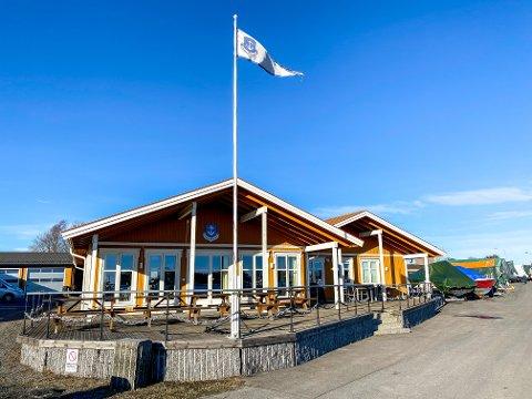 STENGT: Stavern båtforenings klubbhus, eller «bua», er stengt midlertidig etter at et medlem som har vært innom der har testet positivt etter en rutinemessig test på grunn av Rusta-besøk.