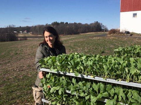 BEKYMRET: Karine Huseby driver Huseby Gård og skal snart i gang med planteproduksjon. Men stengte grenser gjør at hun mangler den utenlandske arbeidskraften hun er avhengig av.