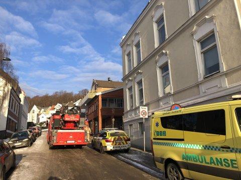 BRANN: Det var stor røykutvikling inne i leiligheten torsdag formiddag. Nødetatene kom raskt til stedet.