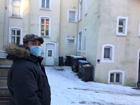 BLE VEKKET: Donatien Katambay foran leiligheten han lå og sov i da han plutselig ble vekket tidlig torsdag formiddag.