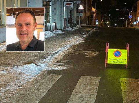 – MERKELIG: Thorbjørn Abrahamsen (innfelt) stusset da han så dette skiltet i Kongegata mandag kveld. Bildet er tatt av Abrahamsen selv tidlig tirsdag morgen.