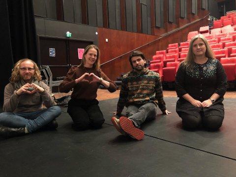 HJERTEPUST: F.v: Rune Erling Pedersen, Kari Anne Eikenes, Atdhe Marku i bandet Lit, og leder av Larvik poesigruppe, Mona Windvik.