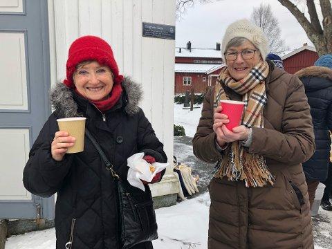 KOSER SEG: Solveig Levinsen og Lillian Nielsen koser seg med noe varmt i koppen etter gudstjenesten.