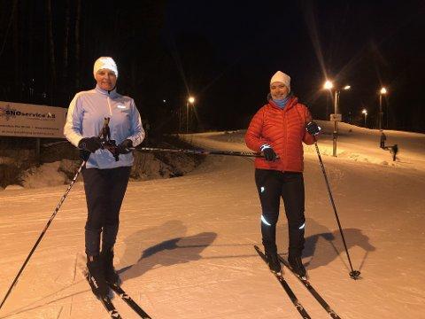 TRENINGSGLEDE: Mona Isefjær og Anne Høegh Sørum jobber begge på Kysthospitalet. Her er de på skikurs med meteren intakt.