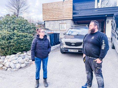 VONDT I HODET: Merte-Merete Jacobsen og Pål André Ringdal har levd med sterk parafinlukt i boligen siden torsdag kveld. Flere boliger i Solliveien i Stavern er berørt, og problemet er ikke løst ennå.