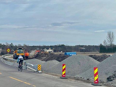 ETTERLENGTET: Sykkelveien langs  fylkesvei 301 mot Stavern trengs virkelig. Foreløpig må syklisten sykle i den trafikkerte veien, men nå er arbeidene i full gang.