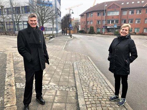 RIKTIG Å ÅPNE: Både ordfører Erik Bringedal og kommunalsjef Guro Winsvold sier at situasjonen for koronasmitte i Larvik nå er så gunstig at det vil være riktig å åpne opp samfunnet mer.