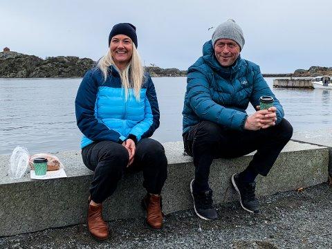 FÅ FOLK: Kathrine Solli og Knut Nilsen slet ikke akkurat med å finne sitteplass i Stavern palmelørdag. – Det er litt annerledes stemning i år.