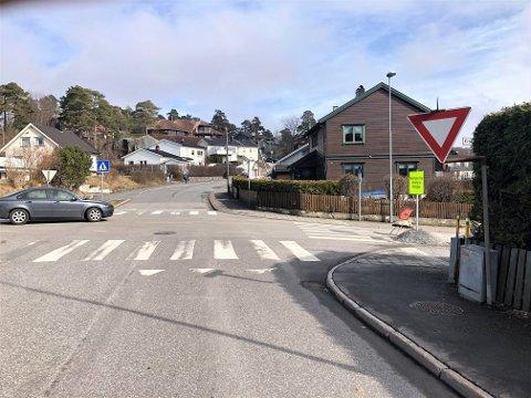 VIKEPLIKT: Det står tydelig et skilt som viser at man har vikeplikt når man kjører ut i Frankendalsveien her. Det tror tydeligvis mange ikke gjelder nå.