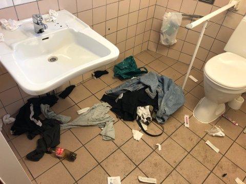 KAN VÆRE FARLIG: Slik så det ut her etter helgen. Kommunen ser ikke noen andre muligheter enn å stenge toalettet inntil videre.