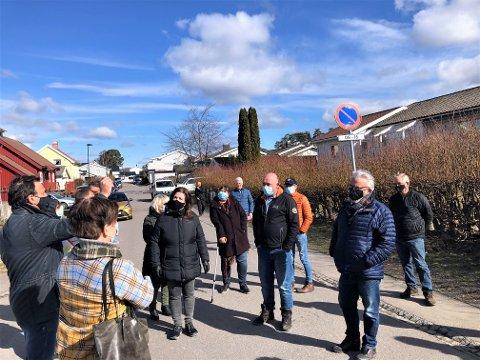 STORT PROSJEKT: Planutvalget i Larvik kommune fikk tirsdag presentert det nye og store byggeprosjektet på Østre Halsen. Bak delegasjonen på bildet skal det bygges 20 boenheter.