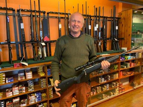 JAKT: Bjørn Gramm er den som har solgt jaktvåpen lengst i Norge. Nå stenger butikken, men han vil drive en del av salget likevel.