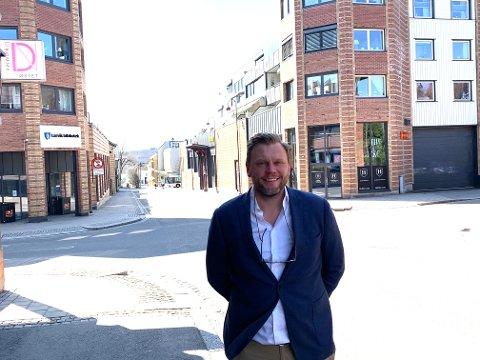 SENTRUM: Ole Martin Holthe fyller de siste vinduene i dette sentrale krysset med sin virksomhet.