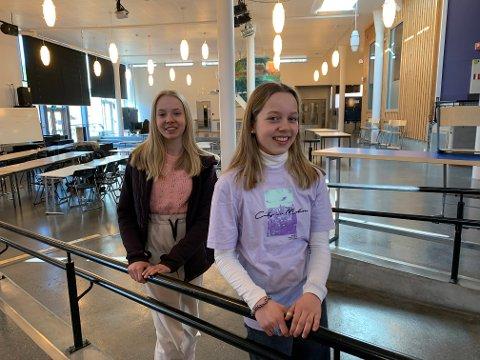 KONTROLL: Elevrådsrepresentant Helle Andrea Gundersen og klassevenninne Linnea Eismann Flermoen på Ra ungdomsskole mener det er god kontroll på mobilbruk i skoletiden.